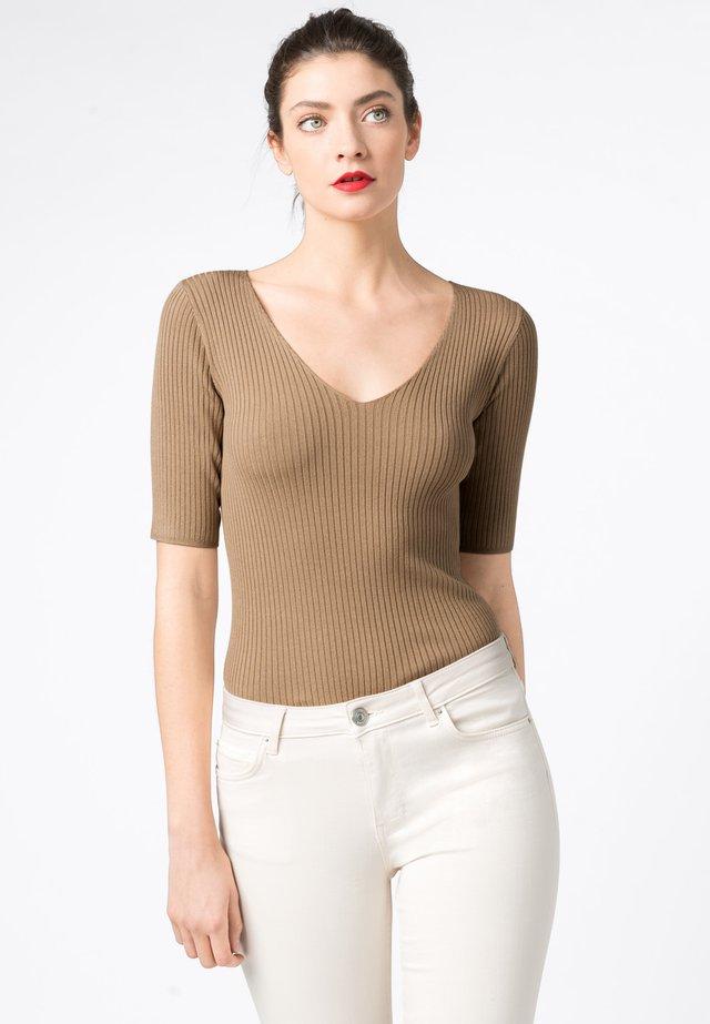 MIT V-AUSSCHNITT - T-shirt basic - camel