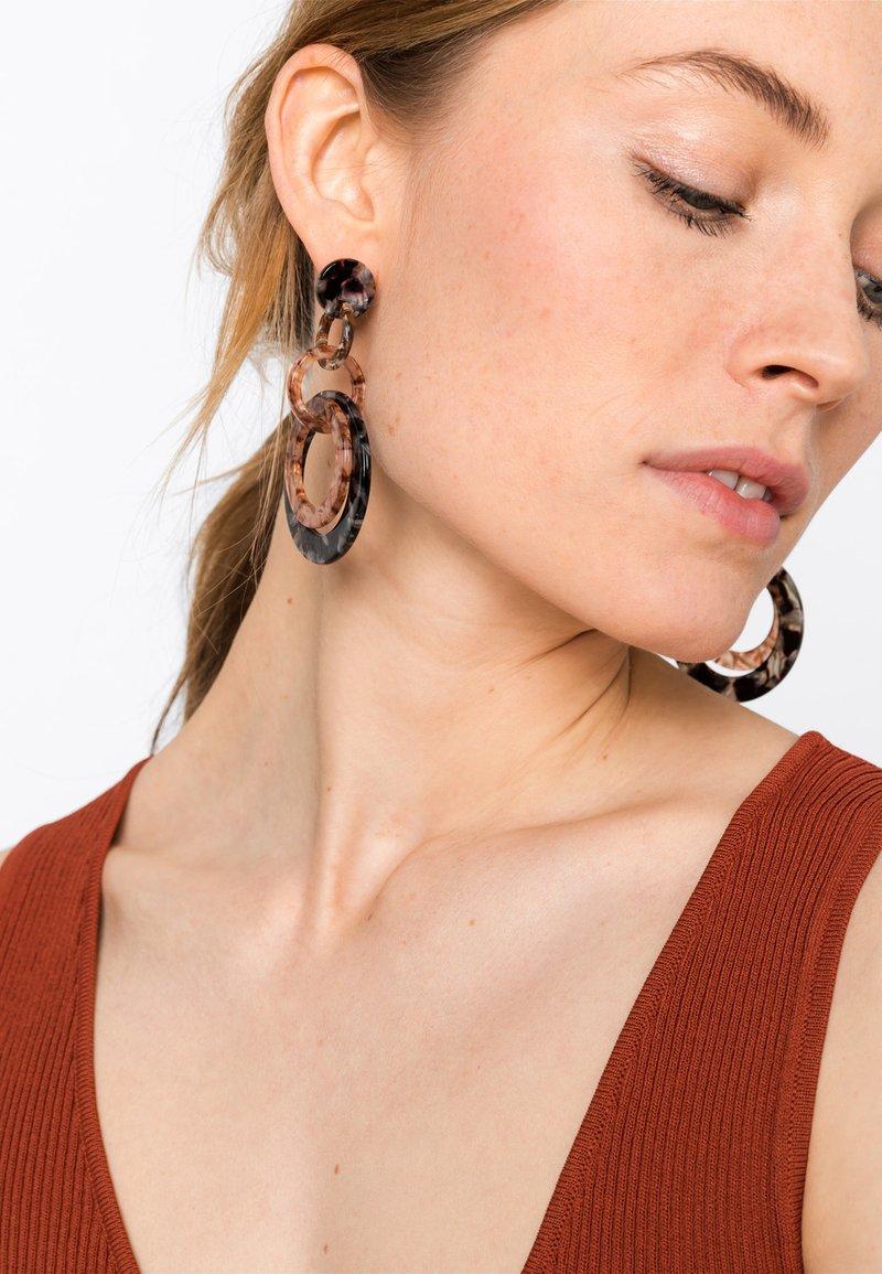 HALLHUBER - MIT RINGEN IN HORN-OPTIK - Earrings - black