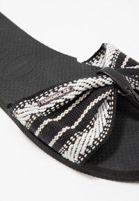 Havaianas - YOU TROPEZ FITA - Sandály s odděleným palcem - black - 2