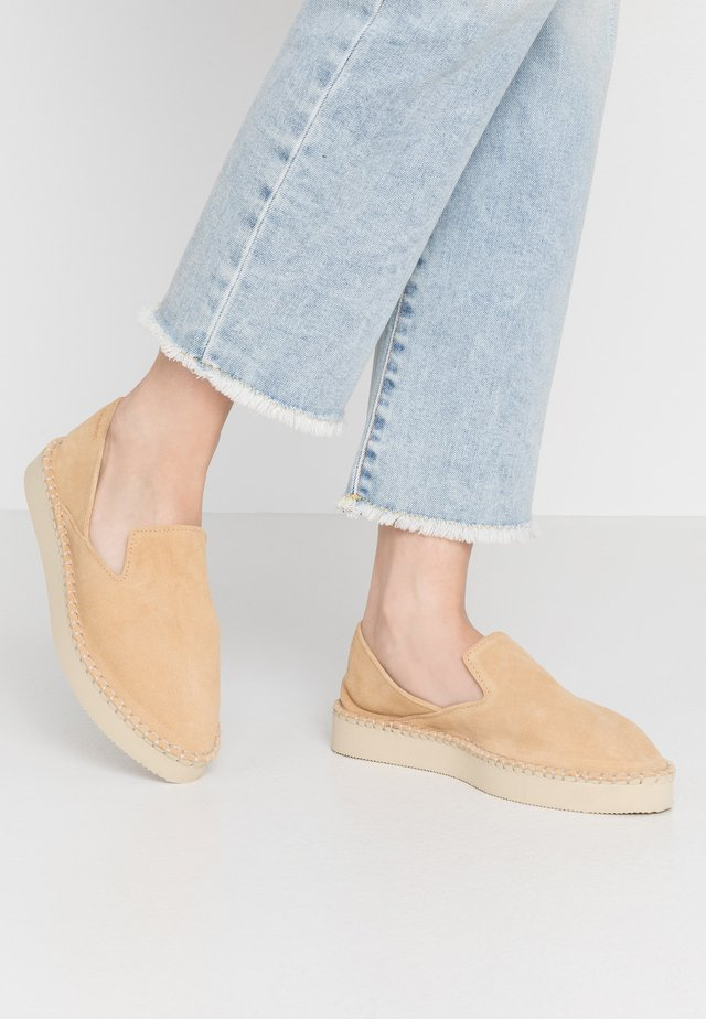 ORIGINE FLATFORM LOAFER - Loaferit/pistokkaat - sand grey