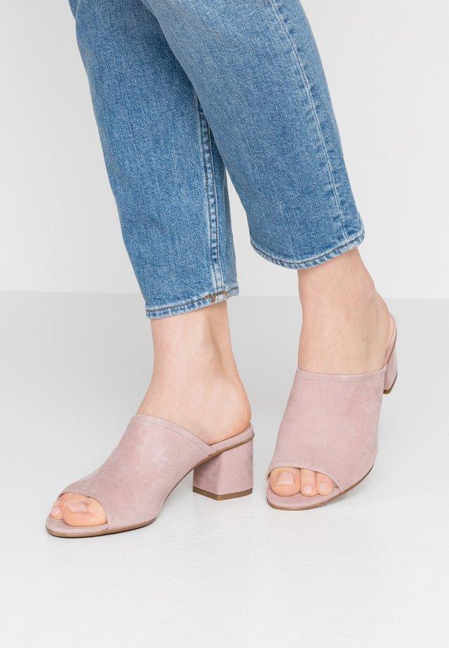 TABITHA - Pantofle na podpatku - taupe