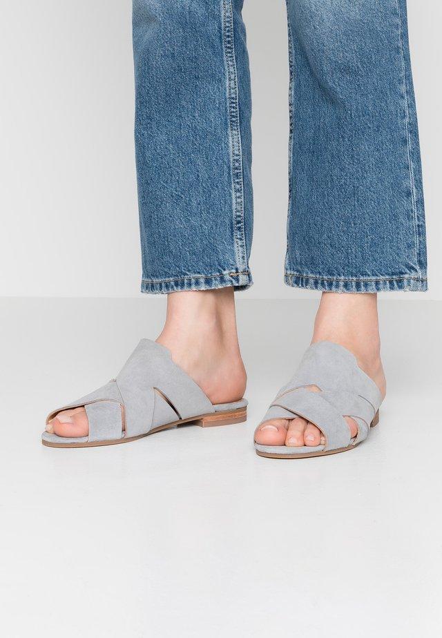 LONATU - Pantolette flach - grey