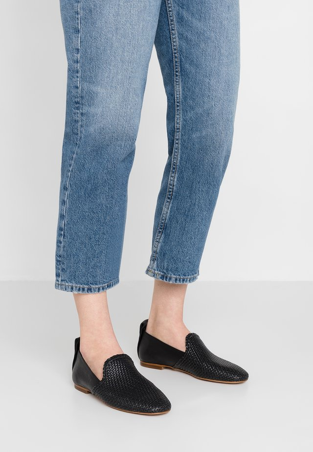HELENA - Loaferit/pistokkaat - black