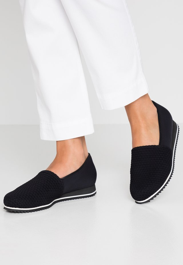 WIDE FIT PIACENZA - Loaferit/pistokkaat - schwarz