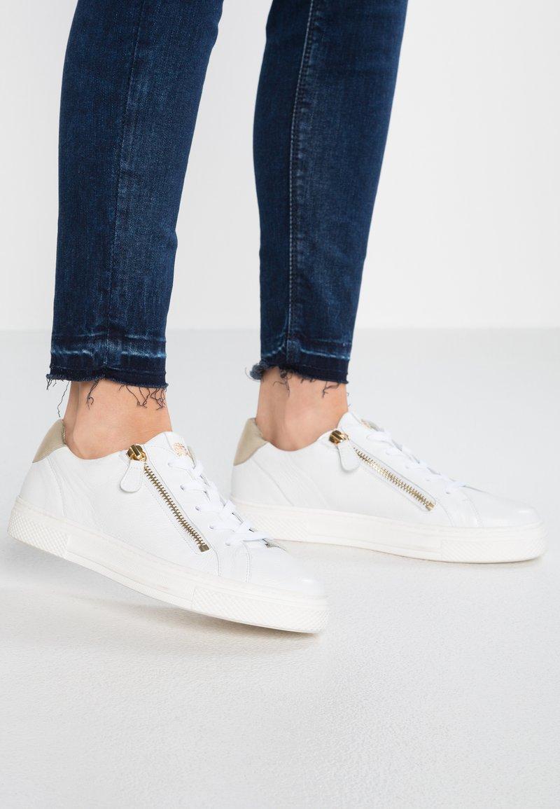 HASSIA - WIDE FIT BILBAO - Sneakers basse - weiß/platin