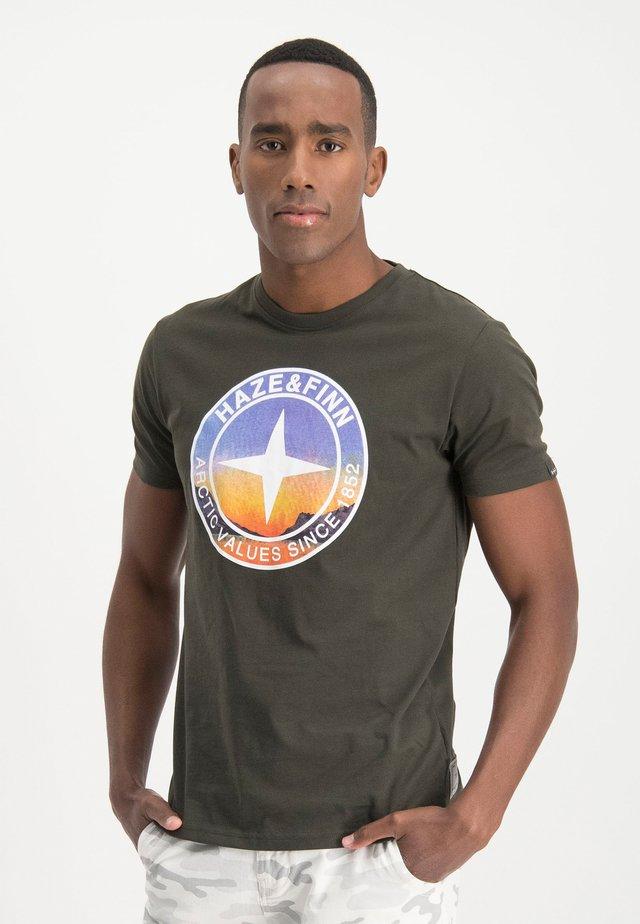 HAZE&FINN T-SHIRT - Print T-shirt - armygreen-lightblue