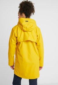 Helly Hansen - MOSS INS COAT 2-IN-1 - Sadetakki - essential yellow - 2