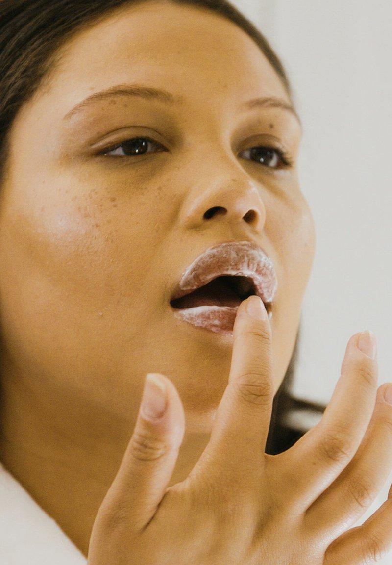 HELLO JO BEAUTY - HELLO JO BEAUTY HELLO JO SPEAK UP! BUBBLE LIP MASK - Lip scrub - -