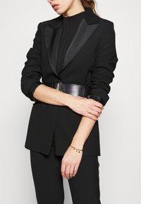 Hermina Athens - ZENDAYA CUFF - Bracelet - gold-coloured - 1