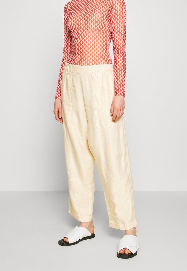 KAII PANTS - Spodnie materiałowe - sand