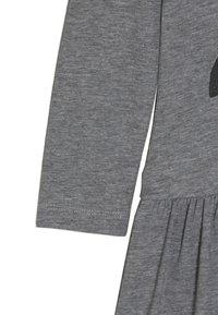 happy girls - PENGUIN - Jersey dress - grey melange - 2