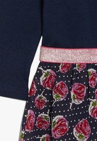happy girls - WITH STRAWBERRY SKIRT - Jerseyklänning - navy - 3
