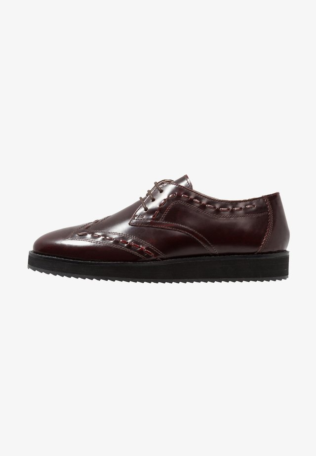 WARG SHARK WEDGE WINGTIP - Snøresko - oxblood