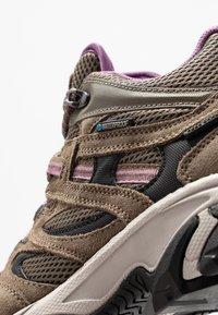 Hi-Tec - RAVUS VENT MID WP WOMENS - Zapatillas de senderismo - smokey brown/taupe/very grape - 5