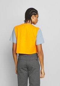 Hi-Tec - SIMONATA - Print T-shirt - deep pool/orange - 2