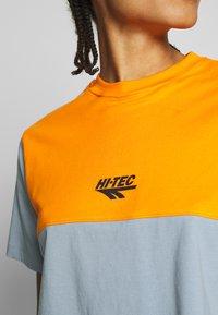 Hi-Tec - SIMONATA - Print T-shirt - deep pool/orange - 4