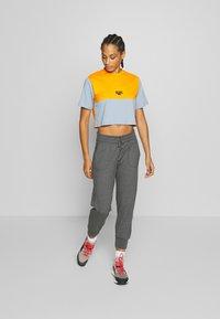 Hi-Tec - SIMONATA - Print T-shirt - deep pool/orange - 1