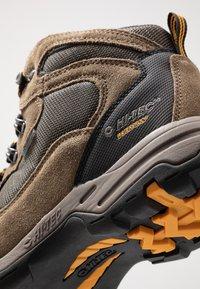 Hi-Tec - STORM WP - Hikingskor - smokey brown/taupe/gold - 6