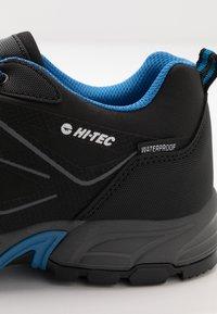 Hi-Tec - RIPPER LOW WP - Obuwie hikingowe - black/lake blue - 5