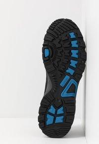 Hi-Tec - RIPPER LOW WP - Obuwie hikingowe - black/lake blue - 4