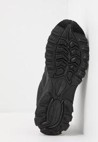Hi-Tec - WARRIOR - Chaussures de marche - black/grey - 4
