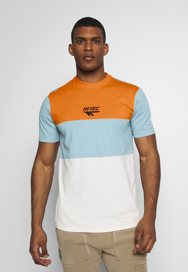 SIMON - T-shirt med print - orange zest/deep pool/soya