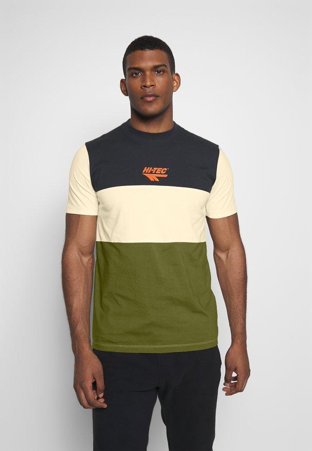 SIMON - T-shirt med print - washed black/soya/cypress