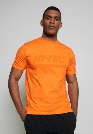 HANS - T-shirts med print - orange zest