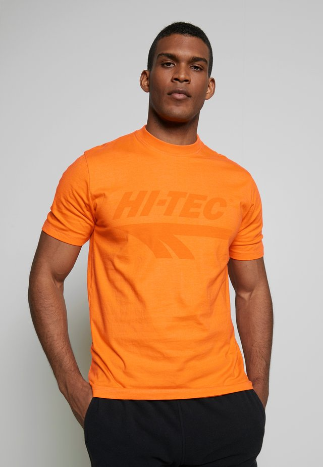 HANS - T-shirt med print - orange zest