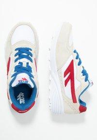 Hi-Tec - SHADOW - Chaussures d'entraînement et de fitness - corp white/red/blue - 1