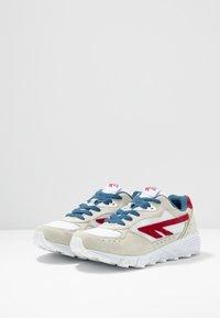 Hi-Tec - SHADOW - Chaussures d'entraînement et de fitness - corp white/red/blue - 2