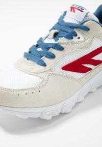 Hi-Tec - SHADOW - Chaussures d'entraînement et de fitness - corp white/red/blue - 5
