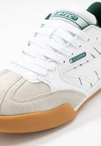 Hi-Tec - SQUASH CLASSIC - Chaussures de running neutres - white/green - 5