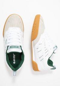 Hi-Tec - SQUASH CLASSIC - Chaussures de running neutres - white/green - 1
