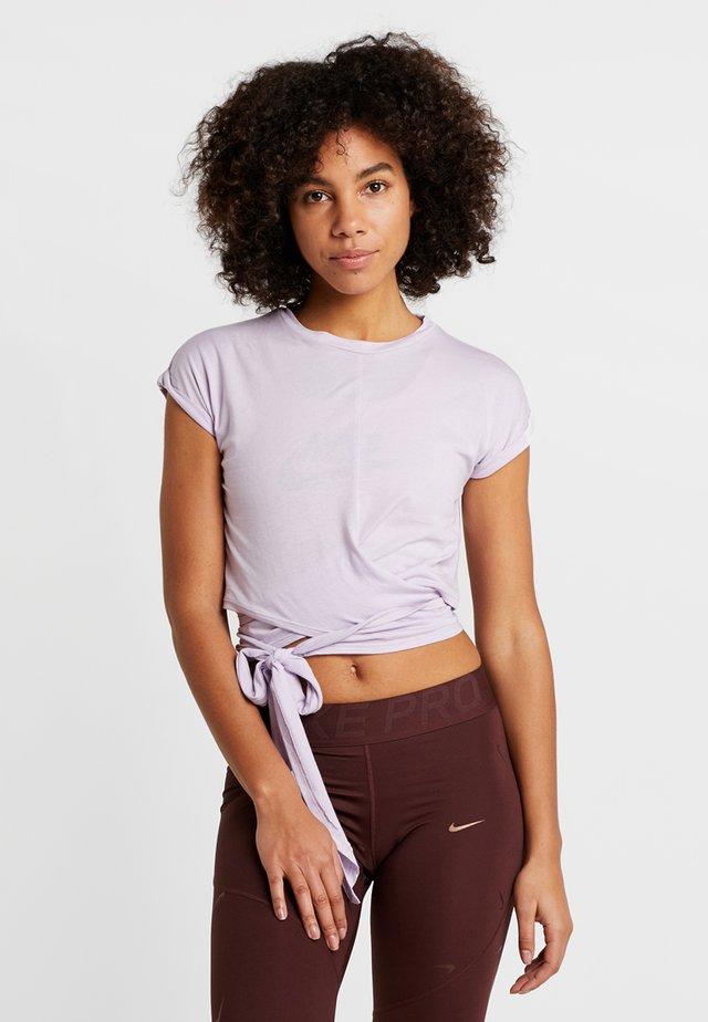 TESSA CROSS FRONT SLEEVE - T-shirt med print - lilac