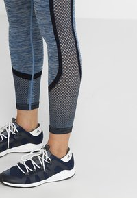 HIIT - SEAMLESS INJECTION SPORTS LEGGING - Trikoot - blue/red mix - 3