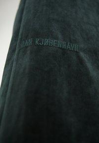 Han Kjobenhavn - BUCKLE SKIRT - Pencil skirt - green corduroy - 3
