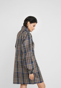 Han Kjobenhavn - TRACK DRESS - Kjole - brown check - 2