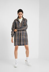 Han Kjobenhavn - TRACK DRESS - Kjole - brown check - 0