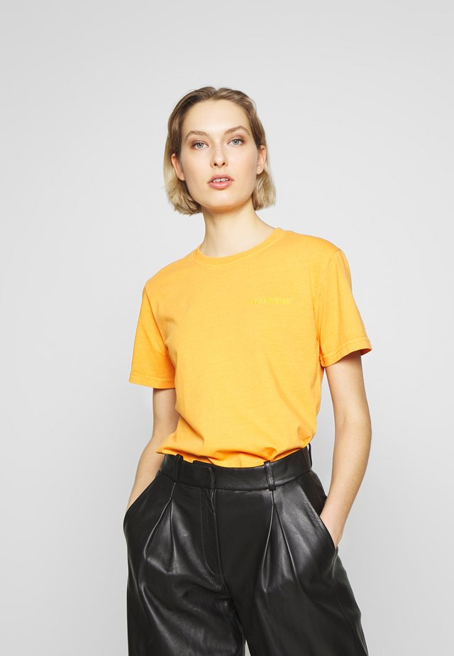 CASUAL TEE - T-shirt con stampa - sun orange