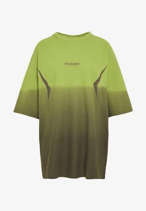 BOYFRIEND TEE - T-shirt z nadrukiem - gradient lime