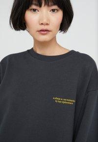 Han Kjobenhavn - RELAXED CREW - Sweatshirt - faded black - 3