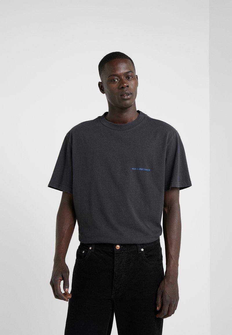 Han Kjobenhavn - BOXY TEE - Print T-shirt - faded black