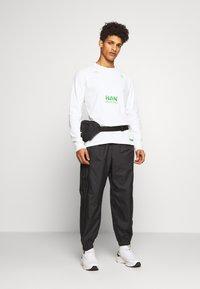Han Kjobenhavn - ARTWORK - T-shirt à manches longues - off white - 1