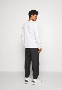 Han Kjobenhavn - ARTWORK - T-shirt à manches longues - off white - 2