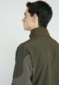 Han Kjobenhavn - TRACK TOP CURVE - Summer jacket - crepe green - 3