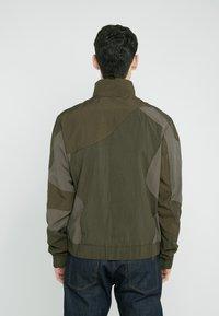 Han Kjobenhavn - TRACK TOP CURVE - Summer jacket - crepe green - 2