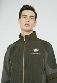 Han Kjobenhavn - TRACK TOP CURVE - Summer jacket - crepe green - 4