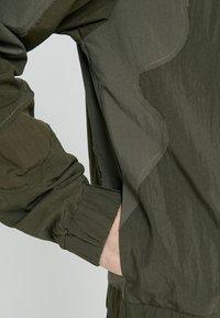 Han Kjobenhavn - TRACK TOP CURVE - Summer jacket - crepe green - 6