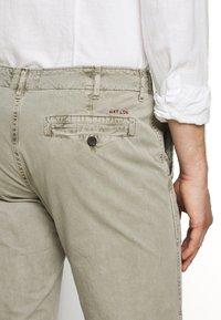 HKT by Hackett - PANELED TROUSERS - Chino kalhoty - moss - 3